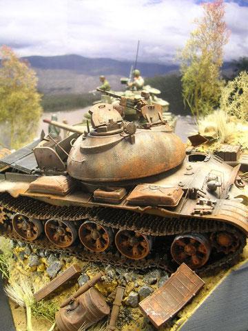 Der T-55 wird den Hang heruntergeschoben
