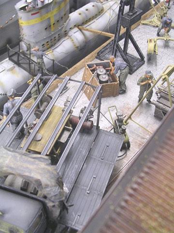 Am Dockrand werden Ersatzmaschinenteile ausgeladen