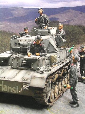 Die Panzerbesatzung von Dragon passt perfekt in die Luken