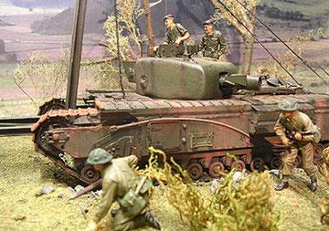 Begleitende Infanteristen stürmen in Richtung Ufer.