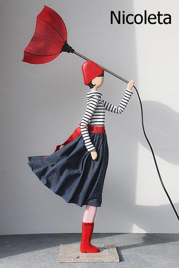 Nicoleta SKitso Schweiz Figurlampe Puppenleuchte Frauenlampe mit Kleid und Schirmständer