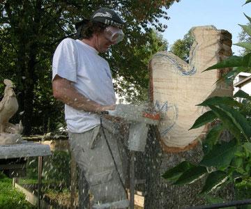Umrisse werden mit der Kettensäge ausgesägt