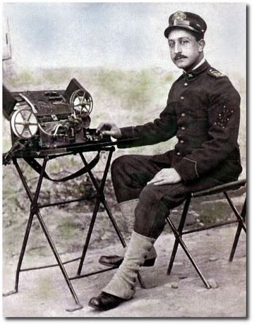 Telegrafista della prima guerra mondiale con la sua cassetta campale
