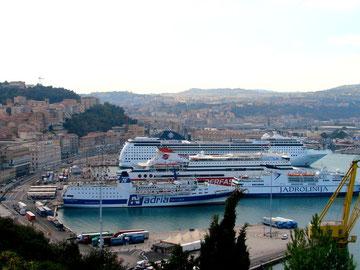 Die MSC Opera im Hafen