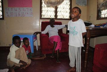 Sarah erzählt voller Inbrunst eine Geschichte im Heimunterricht. Lehrerin Beatrice, Anna und Joshua lauschen.