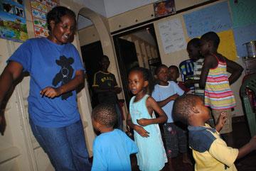 November 2010: Josephine singt und tanzt mit den Kindern.
