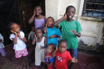 """Singen und Tanzen tun die Kinder am liebsten. Hier """"performen"""" sie einen Lernsong, bei dem es um Ohrenschmerzen geht."""