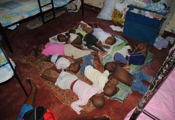 Zu heiß, zu wenig Platz: Die Kinder schlafen im alten Haus auf dem Fußboden, weil es zu wenig Betten gibt und der Boden etwas kühler ist.
