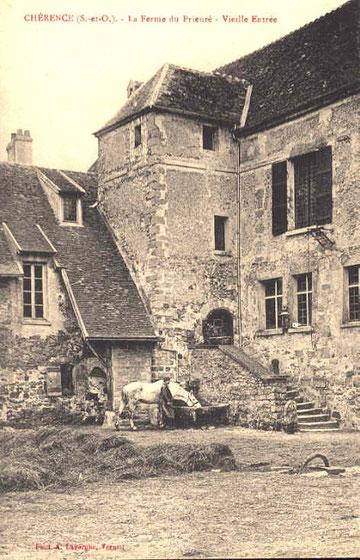 L'entrée du prieuré du coté ferme et église.