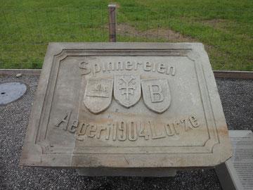 Abschlussstein der Lorzenschleuse in Unterägeri (1904; Wappen v.l. Unterägeri, Henggeler, Baar)