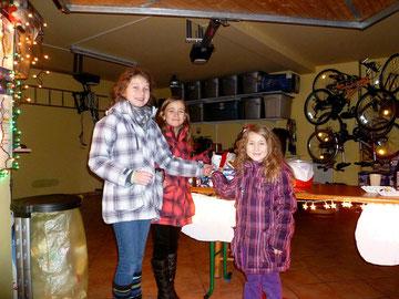 Luna, Helena und Katharina spenden den 3.000sten Euro (Bild klicken)