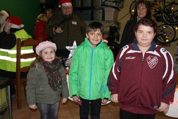 Lilli, Fabio und Cinthia bringen die Spendenbox auf über 5.000€.