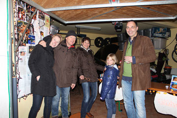 Die Familien Uekerman und Siegfried bringen die Spendenbox auf über 2000€