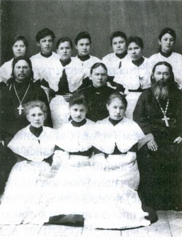 Вера Александровна Явловская с учащимися. Якутск