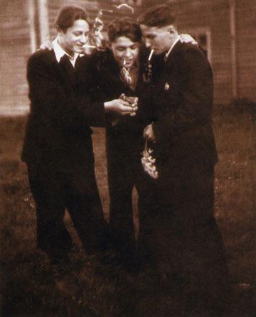 Валерий Ванин (крайний слева) на выпускном школьном вечере. 1955 г.