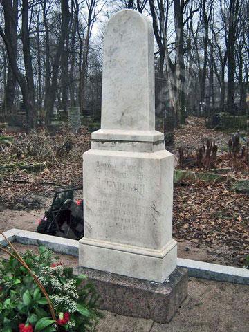 Надгробный памятник Пекарскому