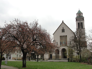 Der Kirchplatz und seine Kirche