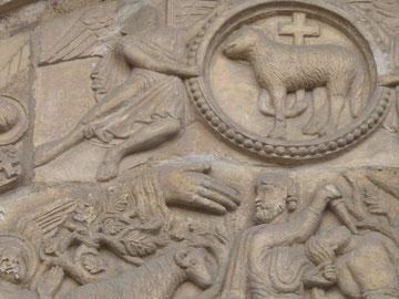 Detalle Dextera Domini en la Puerta del Cordero, Colegiata de San Isidoro de León,a su lado Agnus Dei o Cordero de Dios