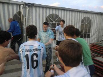 Die B- Jugendspieler bei der Bierdusche mit Coach Kai Malcher