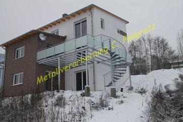 Terrassenunterkonstruktion Stahl verzinkt mit Milchglasfüllung und Spindeltreppe
