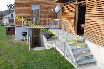 Terrassenvergrößerung mit Stahltreppe verzinkt und Gitterroststufen