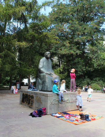 Kinder am Denkmal von Käthe Kollwitz. Kollwitzplatz Berlin, Prenzlauer Berg. Foto: Helga Karl