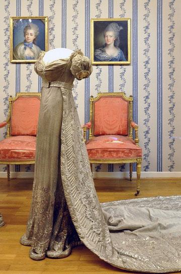 プロイセン王妃ルイーゼのローブ(素材 サテン生地・ラメ入り ダルムシュタット宮殿美術館所蔵)