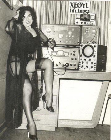 Foto antigua de operadora amateur. Click aquí par YL GALLERY.