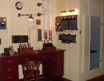 Ejemplo de cuarto de radio steampunk que recrea la sala de telegrafía del Titanic.
