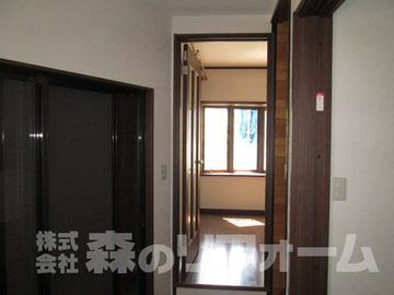 松戸市まるごと戸建リフォーム 玄関ホールリフォーム後 室内ドアを交換 クロス貼替 掃出しの窓にはプリーツスクリーンを取付