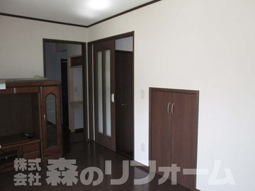 松戸市まるごと戸建リフォーム リビングリフォーム後 ダイニングへつづく引き戸を設置 階段下の空間に収納を作りました