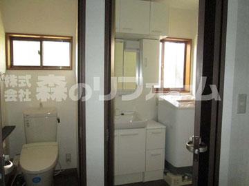 松戸市まるごとリフォーム トイレと洗面所リフォーム後 脱衣場には仕切りがなく開閉折戸を設置 トイレ洗面台も交換