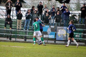 16': Celea festeggiato da Tranchida dopo il gol del 0-1