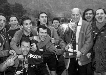 Il Presidente Montali e la squadra con la Coppa