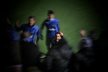 35': Iannolo festeggia il gol del pareggio coi tifosi