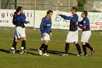 30': Pennone, dopo il gol, viene festeggiato dai compagni di squadra