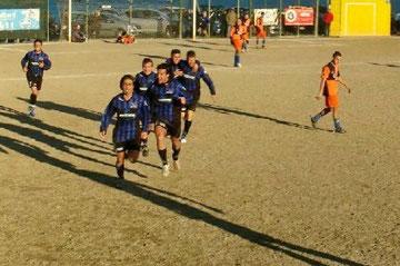 Iannolo corre a festeggiare coi tifosi dopo il gol vittoria