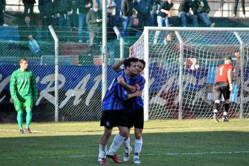 77': Celea festeggiato da Iannolo dopo il definitivo 4-0