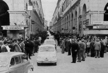 Il corteo di autovetture provenienti da Albenga
