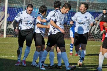 8': Iannolo festeggiato dopo il gol del vantaggio