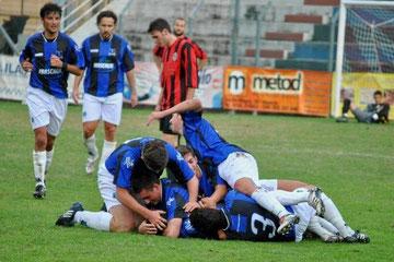 80': Iannolo abbracciato dopo il gol del momentaneo vantaggio