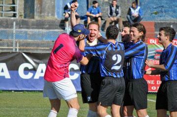 5': Scaglione festeggiato dopo il gol del vantaggio