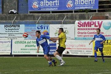 Fiani contrasta un attaccante bolzanetese