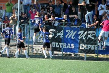 55': Fiani festeggia con i tifosi il gol vittoria