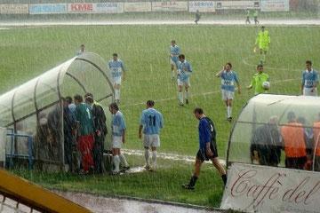 25': l'arbitro sospende momentaneamente la partita