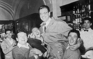 """Il Dottor Lai portato in trionfo all'interno del """"Bar Piccardo"""""""