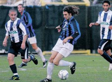 Ambrosini controlla palla a metà campo