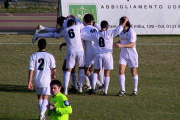 53': festa tortonese dopo il gol di Spinaci