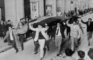 Un bandierone sventolato dai tifosi in via Bonfante