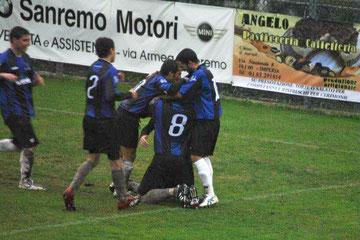 60': Andorno festeggiato dopo il gol del 3-0